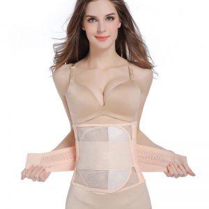 Femme portant une ceinture post grossesse de couleur beige