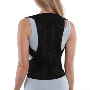 Femme de dos avec un correcteur de posture magnétique noir