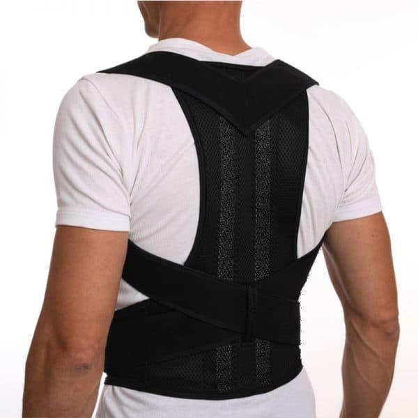 Homme de dos avec un correcteur de posture magnétique noir