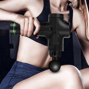 Femme utilisant un pistolet de massage sur sa cuisse