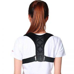 Femme de dos portant une orthèse dorsale