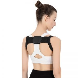 Femme de dos avec un correcteur de posture discret et élégant de couleur noir