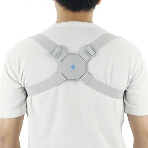 Homme de dos avec le redresseur de posture intelligent