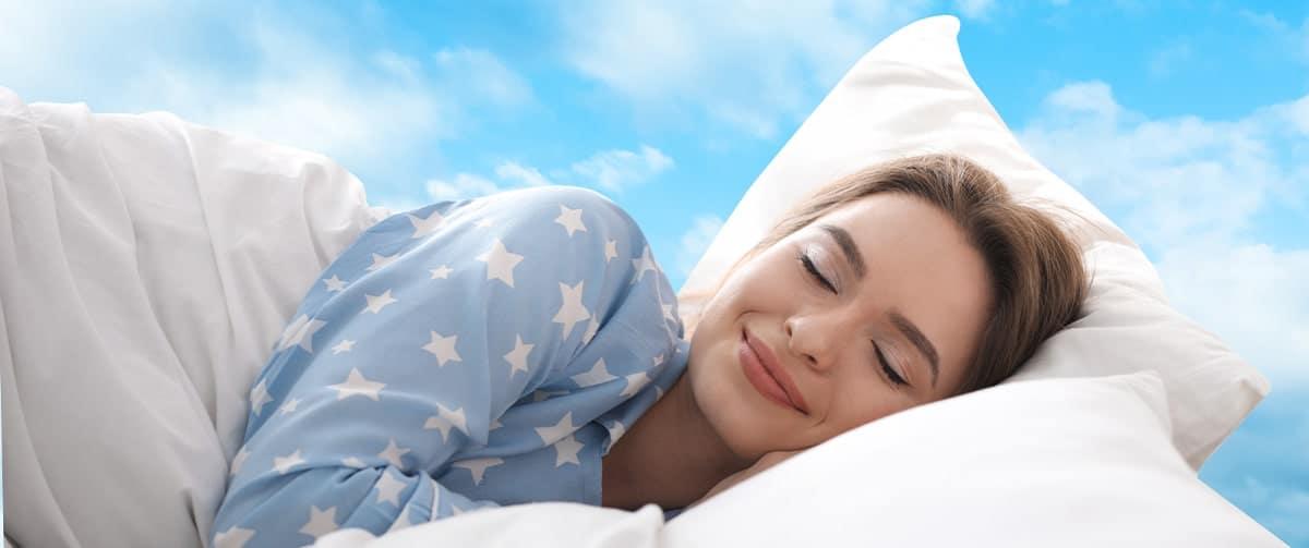 Femme au lit avec un oreiller orthopédique