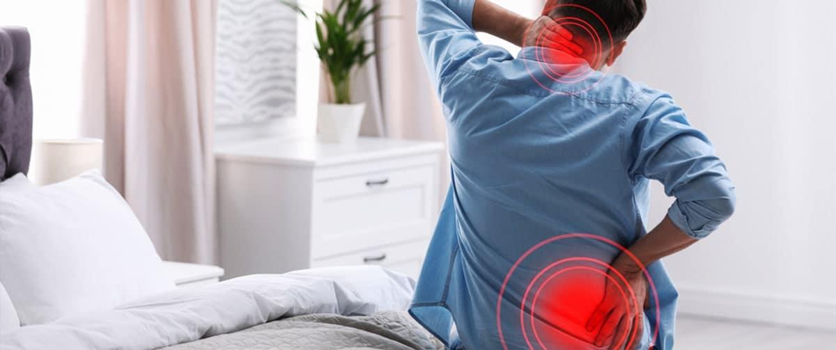Homme souffrant d'une hernie discale cervicale et de douleurs au dos
