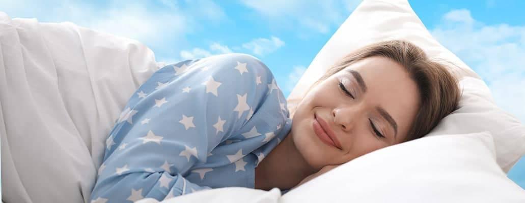 Femme dormant paisiblement pendant son sommeil