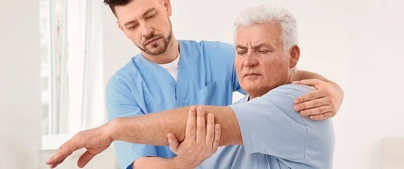 Médecin soignant un patient souffrant d'arthrose au bras et au poignet