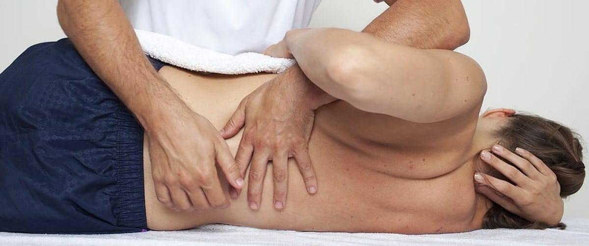 Chiropracteur exerçant la myofascithérapie féminine