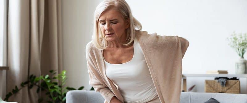 Femme âgée souffrant d'une inflammation du nerf sciatique