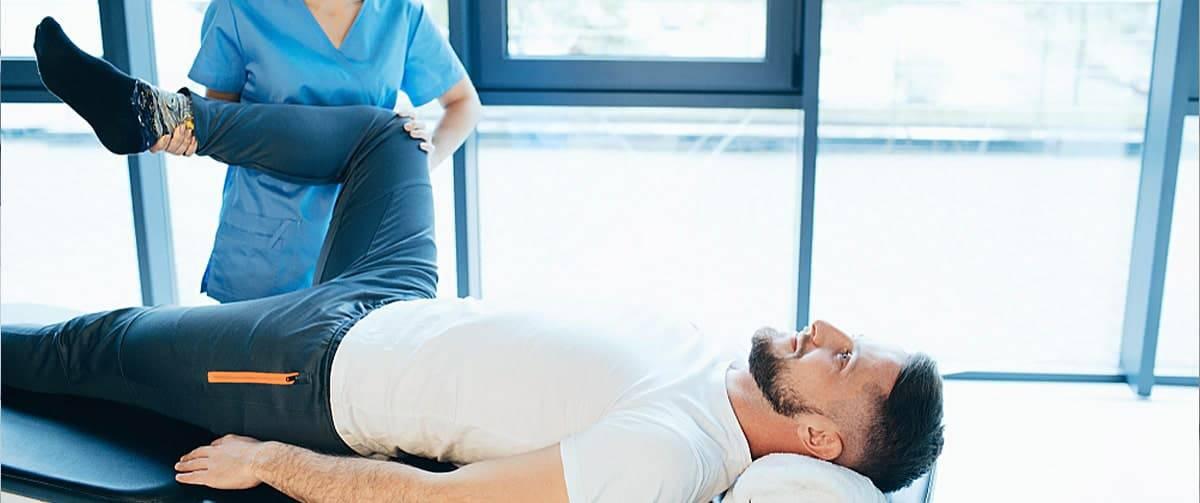 Reeducation du genou dun patient par un kinesitherapeute
