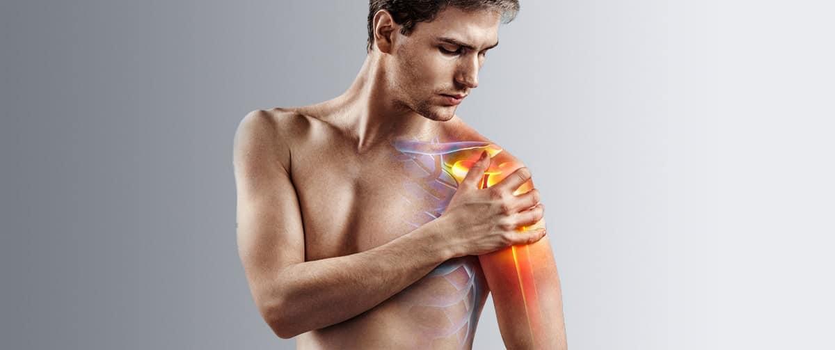 Homme souffrant d'une douleur à l'épaule