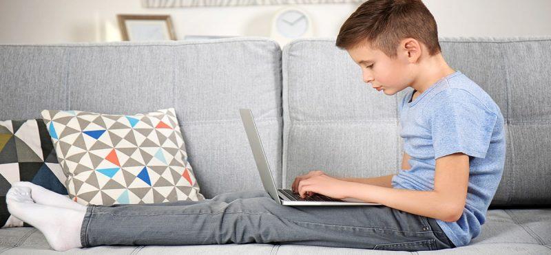Mauvaise posture d'un enfant en position assise devant l'ordinateur
