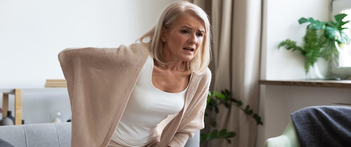 Femme ayant des douleurs lombaires à cause d'une ostéochondrite