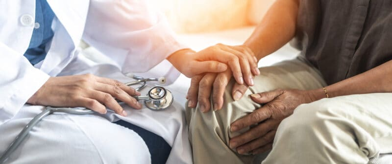 Médecin rhumatologue avec un patient souffrant d'arthrose