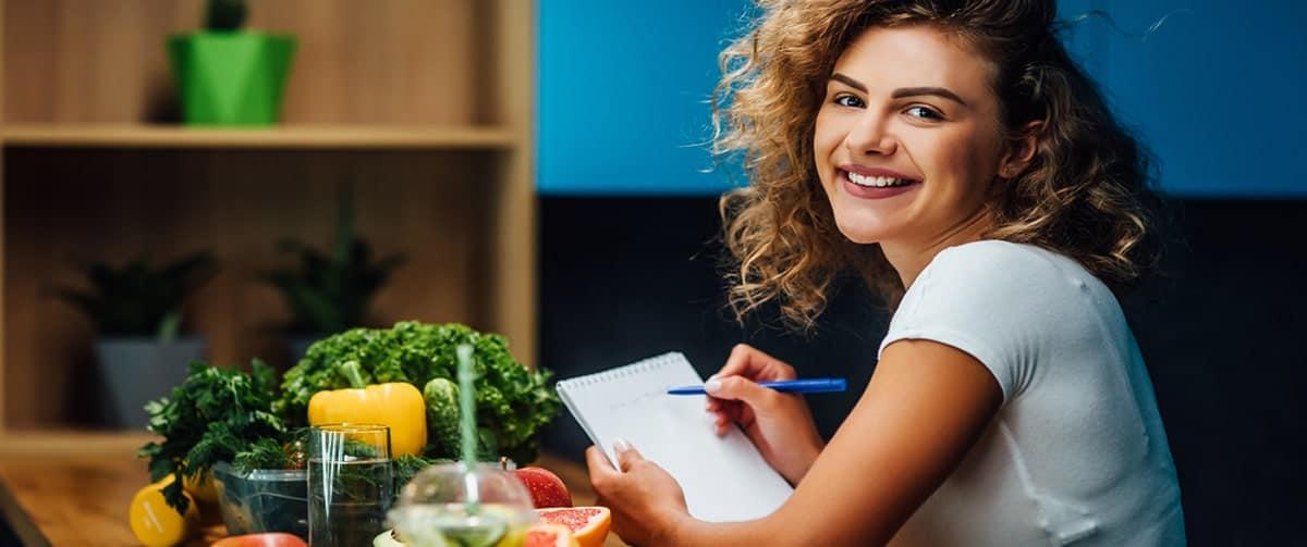 Nutritionniste dans une cuisine avec des aliments sains