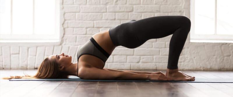 Femme pratiquant des exercices pour le mal de dos à son domicile